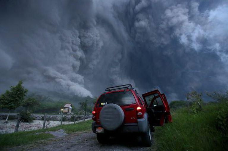 Uma imensa nuvem de cinza depois de uma explosão.