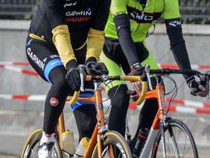 Imagem de arquivo de John Kerry, esquerda, em bicicleta.