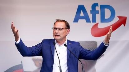 Tino Chrupalla, copresidente do partido Alternativa para a Alemanha (AfD) e candidato nas próximas eleições federais, durante o comício de lançamento da campanha do seu partido em Schwerin, na terça-feira desta semana.