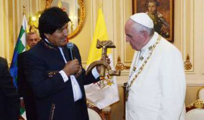 Evo Morales, entregando o presente ao Papa. Efe/Agencia Boliviana de Información EFE