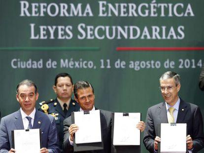Peña Nieto, no centro, depois de promulgar a reforma.