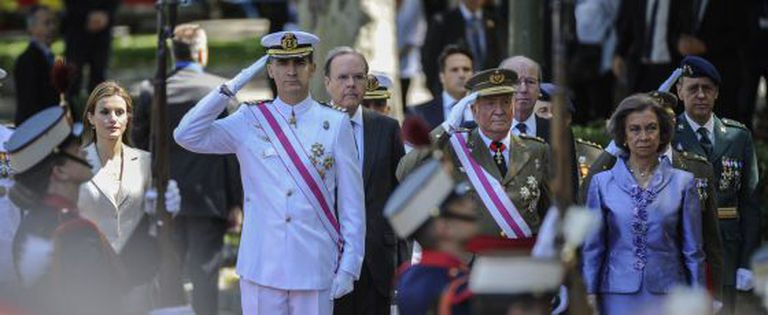 O Príncipe de Astúrias e o Rei durante um desfile.