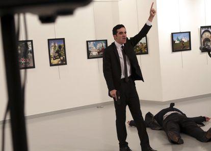 Uma das fotografias que Ozbilici tirou após o tiroteio