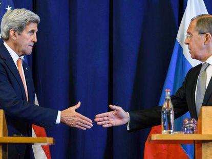Kerry e Lavrov trocam aperto de mãos depois de anunciar o acordo.