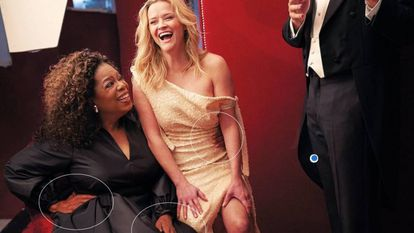 Oprah Winfrey, com suas três mãos, ao lado de Reese Witherspoon, numa imagem do 'making of' da sessão de fotos para a 'Vanity Fair'.