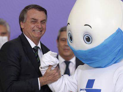 Bolsonaro ao lado do mascote Zé Gotinha durante o lançamento do Plano nacional de Imunização do Brasil, na quarta-feira.