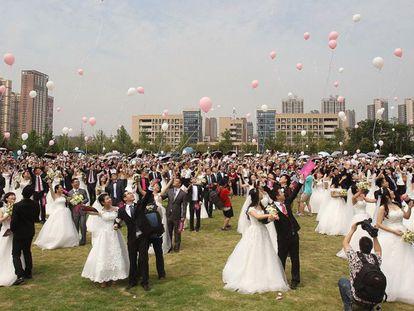 Casais de recém-casados em Chengdu, sudoeste da China.