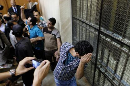 Um dos condenados esconde o rosto, no Cairo.