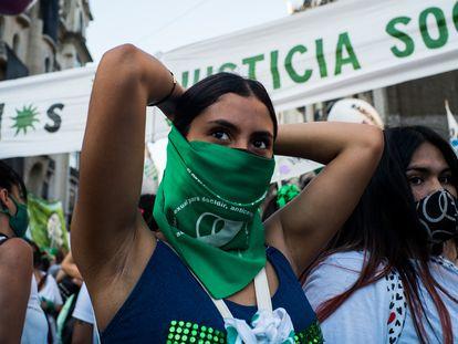 Uma mulher durante a manifestação a favor da legalização do aborto na Argentina, em 29 de dezembro, em Buenos Aires.