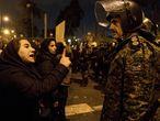 Una mujer se dirige a un policía durante la vigilía por las víctimas del vuelo de Ukraine International Airlines derribado por Irán que, este sábado, se transformó en una protesta antigubernamental.