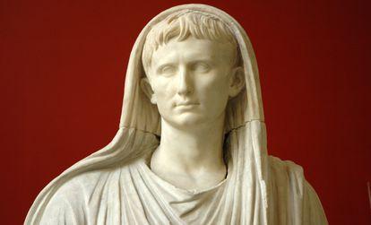 O Imperador Augusto, representado com o véu de pontífice máximo, em uma estátua do Museu Nacional Romano.