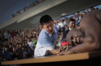Bob Sapp, 'A Besta', durante queda de braço com um jovem em Pyongyang.
