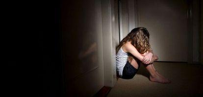 Simulação de uma criança que sofre abusos.