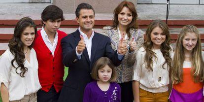 Peña Nieto e Rivera, com os filhos de ambos, em 2012.