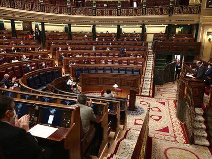 """Membros do Legislativo aplaudem leitura dos nomes das 1.081 mulheres assassinadas por violência de gênero na Espanha desde 2003, nesta terça-feira. No vídeo, bancadas parlamentares se unem contra o Vox dizendo que """"violência tem gênero, sim""""."""
