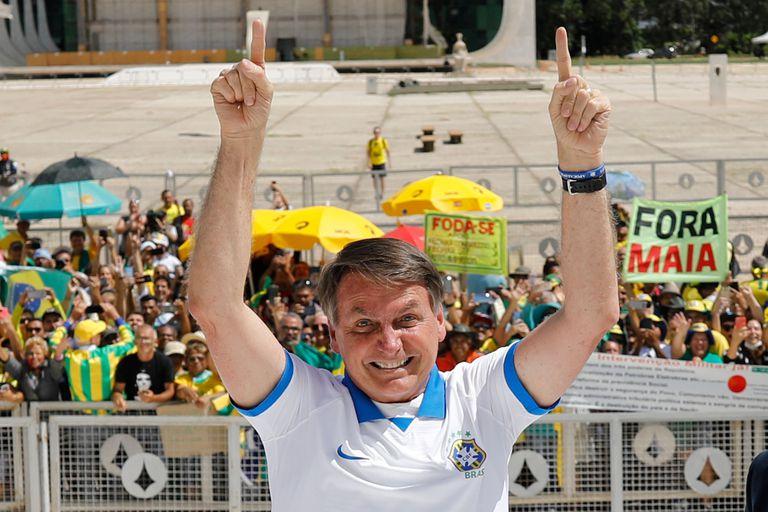 Bolsonaro em frente ao Palácio do Planalto no domingo.