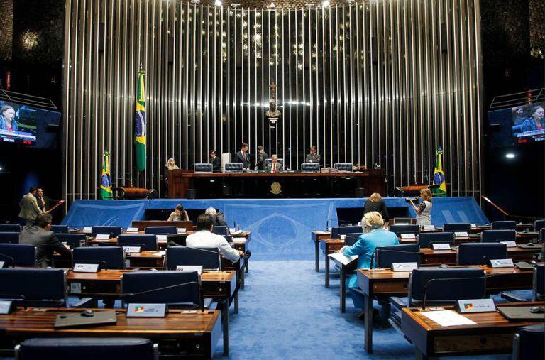 Senadores votam mais um passo do impeachment.