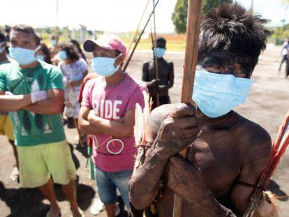 Indígenas yekuana e yanomami comparecem ao batalhão das Forças Armadas en Auaris (AM) para receber atenção médica durante a pandemia do novo coronavírus, em 7 de junho.