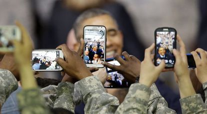 Soldados fotografam o presidente Obama na Coreia do Sul.