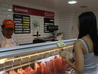 Cliente compra carne em açougue do Rio, na sexta-feira.