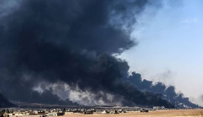 Fumaça gerada por incêndio de um poço petroleiro próximo a Mossul.