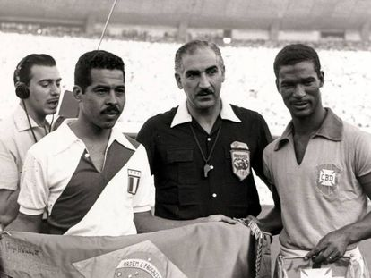 Didi com a camisa do Brasil contra o Peru no Maracanã, em 1957, quando a seleção venceu com gol dele e se classificou para a Copa da Suécia.