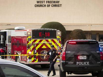 Os serviços de emergência vão à cena do tiroteio em White Settlement, Texas.