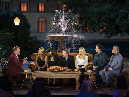 Os protagonistas de Friends, reunidos com o apresentador britânico James Corden, à esquerda.