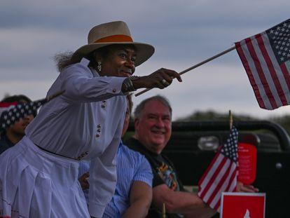 Winsome Sears, política da Virgínia, agita a bandeira em apoio aos opositores do ensino da teoria crítica racial, em 30 de junho.