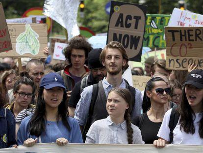 A ativista sueca Greta Thunberg (centro) participa de manifestação em Viena, Áustria, no dia 31 de maio