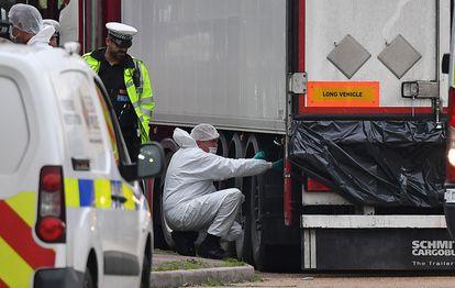 Peritos da polícia britânica examinam o caminhão em que viajavam os 39 mortos, em Londres.