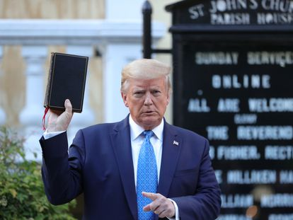 Trump empunha uma Bíblia em frente à St John's Church, igreja próxima à Casa Branca que foi incendiada no domingo.