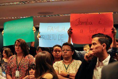 Manifestantes na na Comissão Especial sobre o Estatuto da Família, apoiada pelos evangélicos, em 2015.