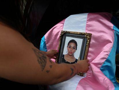 Uma pessoa segura um retrato de Andrea González, ativista da comunidade LGBTQIA+ assassinada em 11 de junho na Guatemala.