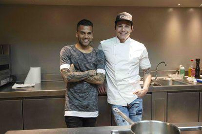 O jogador de futebol Daniel Alves (esquerda) e o cozinheiro João Alcântara.