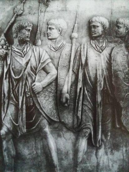 Pretorianos a serviço vestidos só com túnicas e armados. Relevo dos Museus Vaticano.