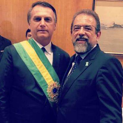 O presidente do Taurus, Salesio Nuhs (à direita), posa com Jair Bolsonaro no dia da posse deste como presidente.