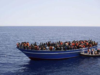 Fotografia fornecida pelos Médicos sem Fronteiras do resgate de uma barcaça de imigrantes no Mediterrâneo em 14 de maio.