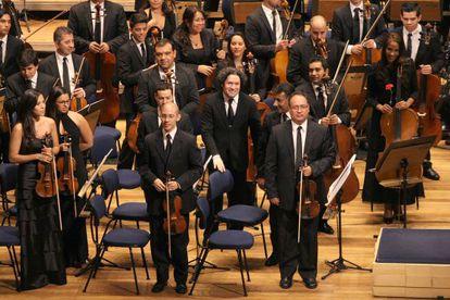 Dudamel (no centro), com a Sinfônica Simón Bolívar, em São Paulo.