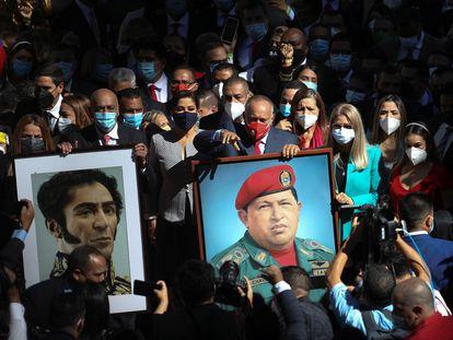 Diosdado Cabello, candidato eleito do Partido Socialista Unido da Venezuela (PSUV), segura uma foto do falecido presidente venezuelano Hugo Chávez antes da cerimônia de posse dos novos integrantes da Assembleia Nacional da Venezuela.