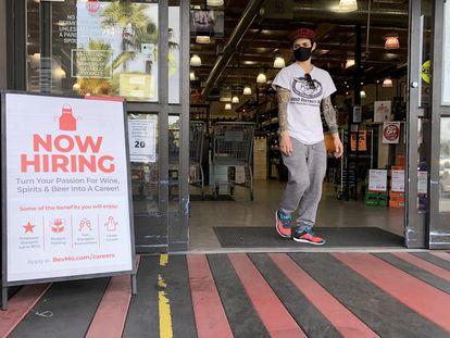 Um cartaz anuncia, na sexta-feira, novas contratações em uma loja de vinho em Larkspur (Califórnia).