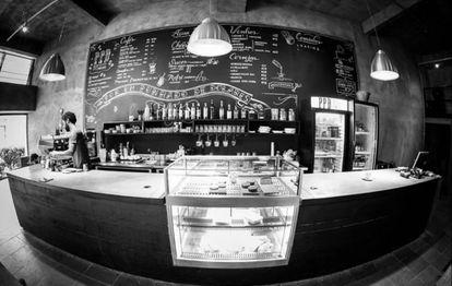 """""""Os hipters estão chegando"""", fiz piada com meus vizinhos e amigos da vida toda quando o PPD (Por um Punhado de Dólares - Cafés Sinceros abriu na rua do supermercado e da academia, a Nestor Pestana, no centro de São Paulo. Foi mais um sinal da mudança do bairro, se ajustando aos hábitos e consumo de novos moradores. Mas havia mais que a piada: com o café sinceríssimo, eles me educaram a não adoçar a bebida. Os amigos da vida toda (muitos importados do Ceará como eu) agora eu encontrava agora por lá sem combinar, fora a rotina boa de dar um oi para a Juliana, Victor e Marcola - eles são todos simpáticos, gatos e criaram mesmo um clima acolhedor. Os recados políticos da lousinha do lado de fora completam o espírito que se instala de vez quando vira """"festinha"""", como deve acontecer neste feriado. Gosto da cidade que muda para o uso, sem essencialismos e """"resgates"""". Para ser perfeito, só me faltam os jornais impressos _eu ainda sou dessas."""
