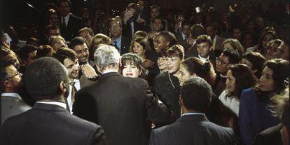 A aventura entre Monica Lewinsky e Bill Clinton saiu a público em janeiro de 1998. Havia começado em 1996, mas na época a relação já tinha terminado, e aquela que fora estagiária nem sequer continuava trabalhando na Casa Branca. E assim os meios de comunicação começaram a recorrer aos arquivos, e muitas foram as fotos encontradas nas quais se via o presidente norte-americano abraçando a jovem em atos públicos e apresentações. Algumas delas deram a volta ao mundo. Na fotografia acima, uma das demonstrações de afeto em público entre Clinton e Lewinsky, ante o olhar dos assessores em um evento democrata em outubro de 1996.