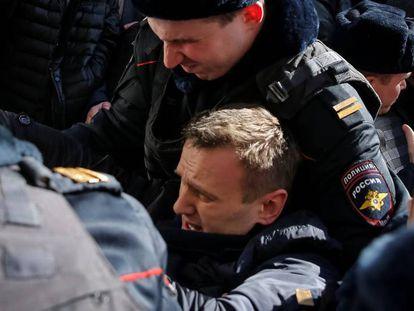 Policiais detêm o líder da oposição Navalny durante as manifestações em Moscou.