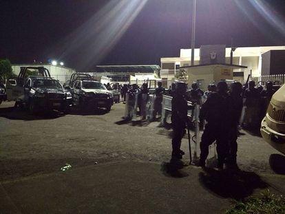 Policiais Federais montam guarda nas imediações do presídio de La Toma.
