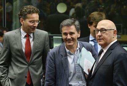 O presidente do Eurogrupo, Jeroen Dijsselbloem, ao lado do ministro das Finanças grego, Euclid Tsakalotos, e seu homólogo francês, Michel Sapin, nesta terça-feira em Bruxelas.