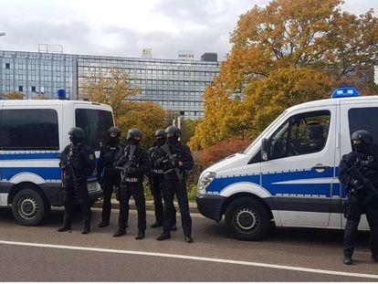 Carro de polícia em local onde ataque a tiros deixou dois mortos na cidade alemã de Halle