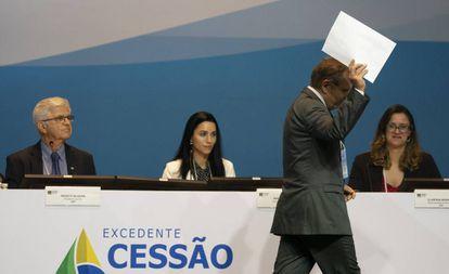 Um representante de Petrobras com sua oferta nesta quarta-feira no Rio de Janeiro.
