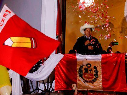 Pedro Castillo saúda seus seguidores no seu comitê eleitoral em Lima, na noite de segunda-feira.