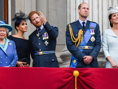 A rainha Elizabeth com os duques de Sussex e de Cambridge, na sacada do Palácio de Buckingham.